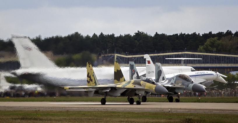 Истребители Су-35 и Су-30МКИ на международном авиационно-космическом салоне МАКС-2009 в Жуковском