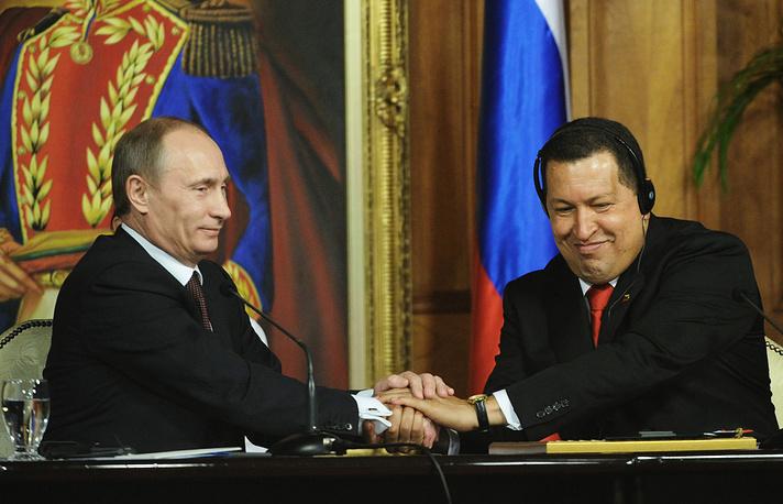 Премьер-министр России Владимир Путин и президент Венесуэлы Уго Чавес на церемонии подписания российско-венесуэльских соглашений в Каракасе, 2010 год
