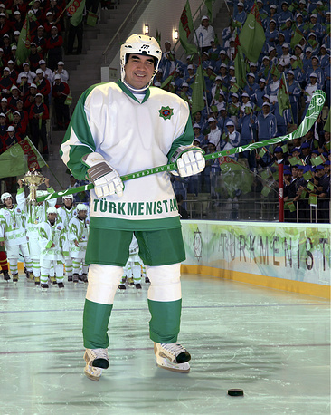 Президент Турменистана Гурбангулы Бердымухамедов на ледовой арене, Ашхабад, 2012 год. В этом году президент распорядился создать в стране хоккейную лигу с клубами