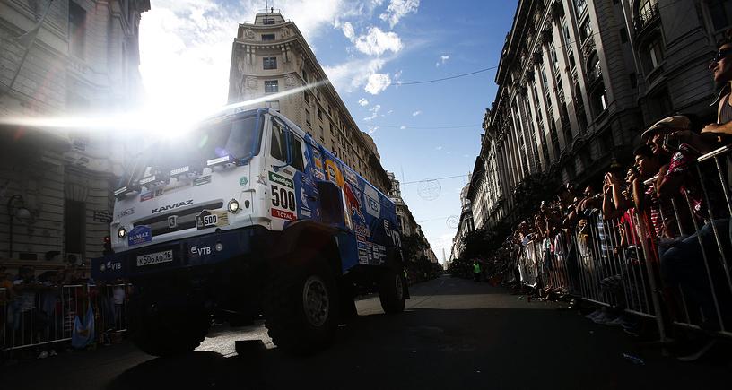 Пилот Андрей Каргинов во время старта ралли-марафона в Буэнос-Айресе, Аргентина, 3 января