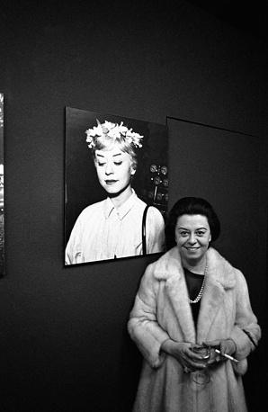 """Джульетта Мазина на выставке фотографий со съемок фильма """"Ночи Кабирии"""" Федерико Феллини в Городском музее в Мюнхене, Германия, 1970 год"""