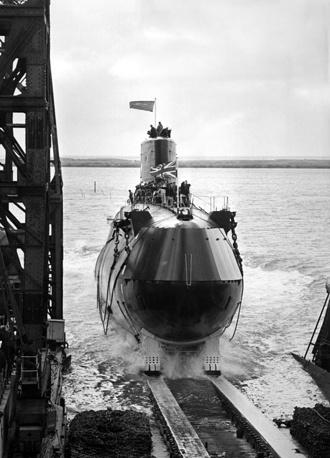 """Британская АПЛ типа """"Резолюшн"""" (Resolution class)  на судостроительной верфи Vickers Armstrong в Барроу-ин-Фернесс, 1966 год. АПЛ данного типа стали первыми британскими подводными стратегическими ракетоносцами. Каждая субмарина несла на борту по 16 американских баллистических ракет Polaris"""