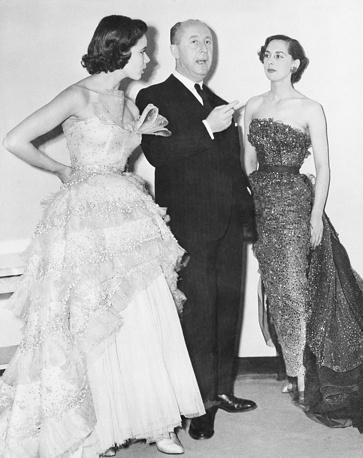 """Французский модельер Кристиан Диор с манекенщицами во время показа в лондонском отеле Savoy, 1950 год. Наряд на модели слева называется """"Моцарт"""""""