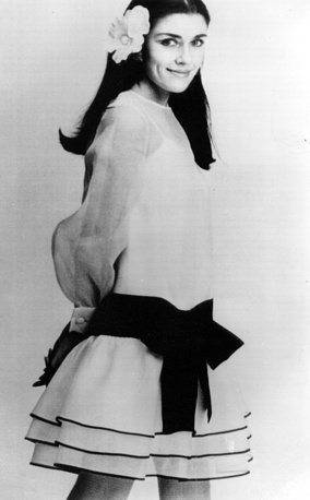 Платье из белой органзы с широким черным бантом и тремя рядами оборок из весенне-летней коллекции Christian Dior, 1968 год