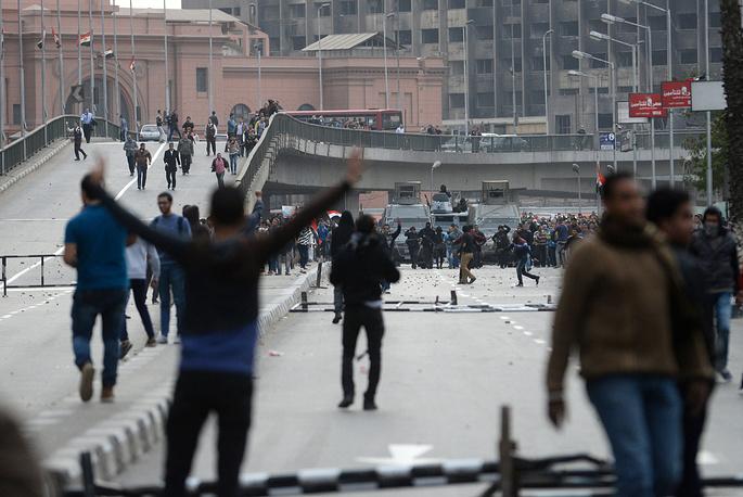 """Сотрудники полиции в течение дня задержали свыше 500 зачинщиков беспорядков из числа сторонников запрещенной в стране ассоциации """"Братья-мусульмане"""". На фото: беспорядки в Каире"""