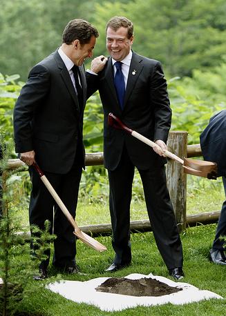 """Президент Франции и президент РФ Дмитрий Медведев во время церемонии посадки деревьев у отеля """"Виндзор"""" в рамках саммита G8 в Хоккайдо, Япония, 2008 год"""