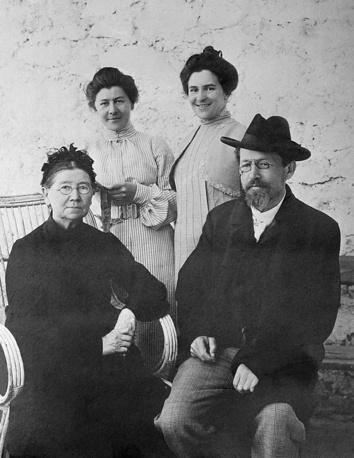 Антон Павлович Чехов с матерью Евгенией Яковлевной, сестрой Марией Павловной и женой Ольгой Леонардовной Книппер-Чеховой
