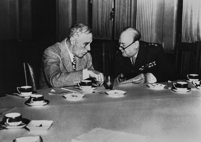 Президент США Франклин Рузвельт и премьер-министр Великобритании Уинстон Черчилль совещаются в Ливадийском дворце во время конференции в Ялте