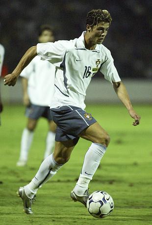 Португалец, начинавший карьеру в качестве флангового полузащитника, дебютировал за сборную своей страны в 2003 году