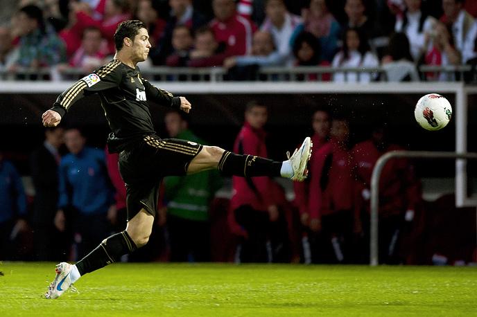 """5 мая 2012 года Роналду сыграл матч с """"Гранадой"""", ставший для португальца 100-м в чемпионате Испании. В этой встрече он забил гол, который оказался 300-м, забитым в профессиональной карьере"""