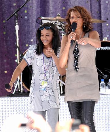 Уитни Хьюстон с дочерью Бобби Кристиной Браун во время выступления в утреннем шоу Good Morning America в Центральном парке в Нью-Йорке, 2009 год