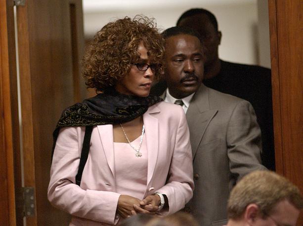 Уитни Хьюстон в зале суда, где слушается дело ее мужа Бобби Брауна, 2003 год