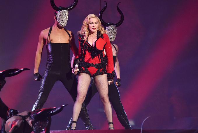 Мадонна во время выступления на церемонии Grammy