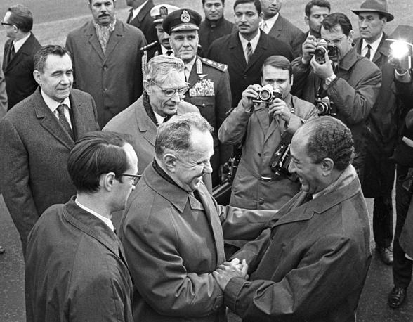 Через год после подписания Договора о дружбе и сотрудничестве Садат посетил Москву. На фото: Алексей Косыгин встречает Садата во Внуковском аэропорту, 1972 год