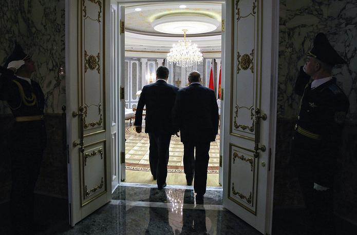"""Если на минской встрече не будут приняты соответствующие решения, то ситуация на Украине пойдет фактически вразнос, заявил  Порошенко на встрече с Лукашенко до начала переговоров """"четверки"""""""