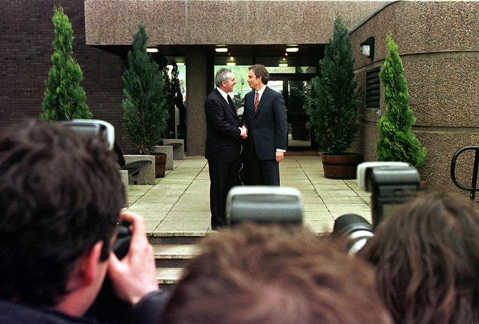 30 октября 1998 года в Северной Ирландии состоялся очередной раунд многопартийных переговоров о формировании правительства страны и поиске путей разоружения военизированных подпольных боевых группировок. Переговоры прошли в Белфасте и Дублине. Раунд переговоров, длившийся пять часов, стал частью реализации известного Белфастского соглашения от 10 апреля 1998 года. На фото: премьер-министр Ирландии Патрик Ахерн и премьер-министр Великобритании Тони Блэр после подписания Белфастского соглашения, 10 апреля 1998 года