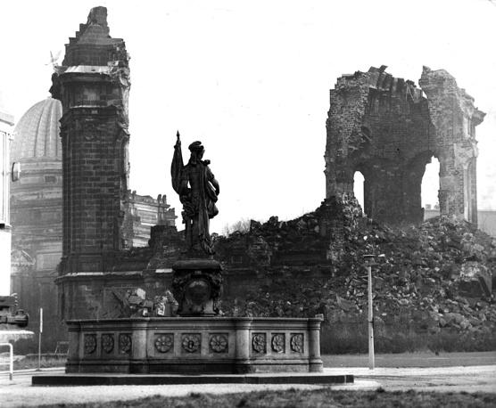 """Руины собора """"Фрауэнкирхе"""" в 1973 году. Восстановление собора  началось лишь  в 1994 году и закончилось только к 1996 году"""