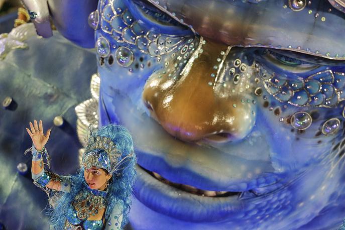 Выступление школы самбы Viradouro на карнавале в Рио-де-Жанейро