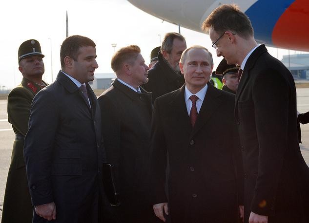 Президент России Владимир Путин во время официальной церемонии встречи в аэропорту имени Ференца Листа