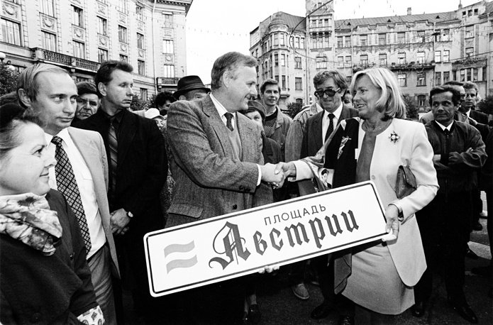Владимир Путин, Анатолий Собчак и супруга канцлера Австрии Кристина Враницкая во время торжественной церемонии переименования площади Петроградской стороны, 1992 год