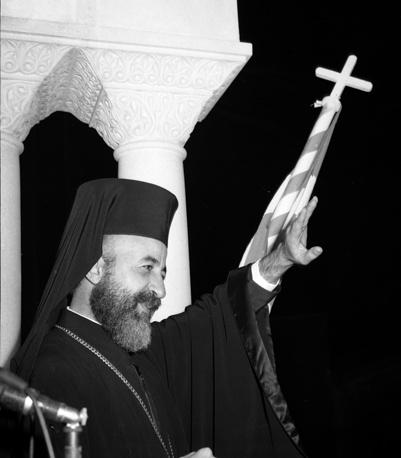 15 июля 1974 года в результате военного переворота был свергнут президент Кипра архиепископ Макариос III. Ему удалось бежать из столицы Кипра Никосии и скрыться в городе Пафос, откуда он перебрался на Мальту, а затем - в Великобританию. В ответ на переворот 20 июля Турция оккупировала северную часть страны, начались военные действия. Однако уже через несколько дней было объявлено о прекращении огня, а за падением военной диктатуры в Греции последовало падение нового режима на Кипре. Макариос III вернулся на Кипр в декабре 1974 года и вновь занял пост президента, на котором оставался до своей кончины 3 августа 1977 года. На фото: архиепископ Макариос III в Никосии после победы на президентских выборах, 14 декабря 1959 года