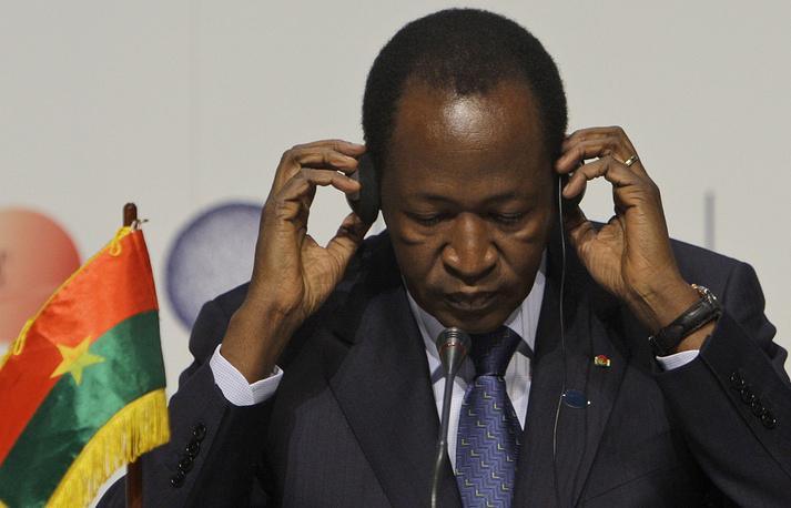 31 октября 2014 года под давлением народных выступлений подал в отставку президент Буркина-Фасо Блэз Компаоре. Он пришел к власти в 1987 году в результате переворота и правил страной в течение 27 лет. Политический кризис спровоцировала его попытка отменить статью конституции, ограничивающую пребывание президента у власти двумя пятилетними сроками. Экс-президент вылетел в Ямусукро, столицу Кот-д'Ивуара. После непродолжительного пребывания в Марокко в ноябре-декабре 2014 года он вновь вернулся в Кот-д'Ивуар. На фото: Блэз Компаоре на брифинге в рамках саммита по климату в Копенгагене, 17 декабря 2009 года