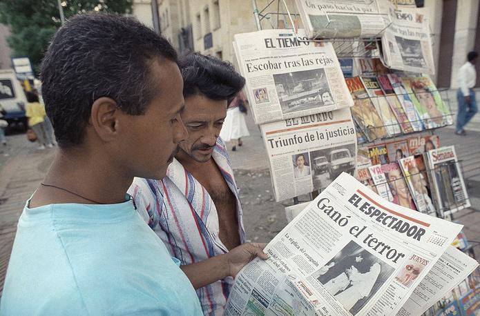17 декабря 1986 года в Боготе (Колумбия) на выходе из редакции газеты El Espectador был застрелен сотрудник издания Гильермо Кано Исаса. Журналист уделял  особое внимание борьбе с наркомафией, в частности публиковал разоблачительные материалы против Пабло Эскобара, главаря наркокартеля Медельина. В 1997 году учреждена Всемирная премия ЮНЕСКО им. Гильермо Кано за вклад в дело свободы печати. На фото: колумбийцы читают статью о Пабло Эскобаре