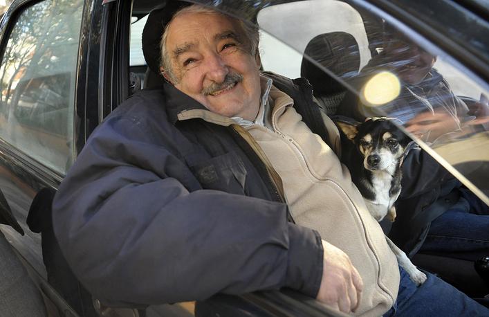 В середине 1960-х годов будущий президент Уругвая Хосе Мухика был одним из лидеров леворадикального Движения национального освобождения - Tupamaros. Члены организации вели подпольную борьбу против авторитарного правительства, используя насильственные методы. Четыре раза Мухику арестовывали, дважды он сбегал. Он находился за решеткой во время всего периода военной диктатуры, которая была установлена в Уругвае в 1973 году. На фото: Хосе Мухика после голосования на президентских выборах, 28 июня 2009 года