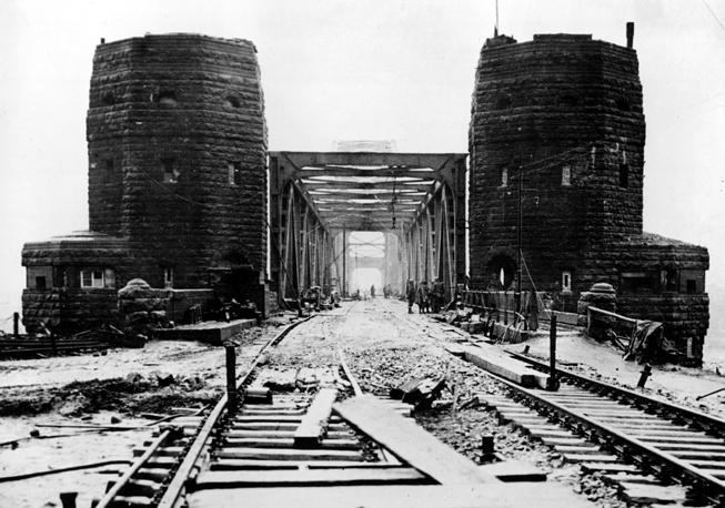 К концу Второй мировой войны мост  оставался практически неповреждённым. Использование моста для переправы войск позволило им создать плацдарм на северном берегу Рейна и значительно ускорило темпы наступления