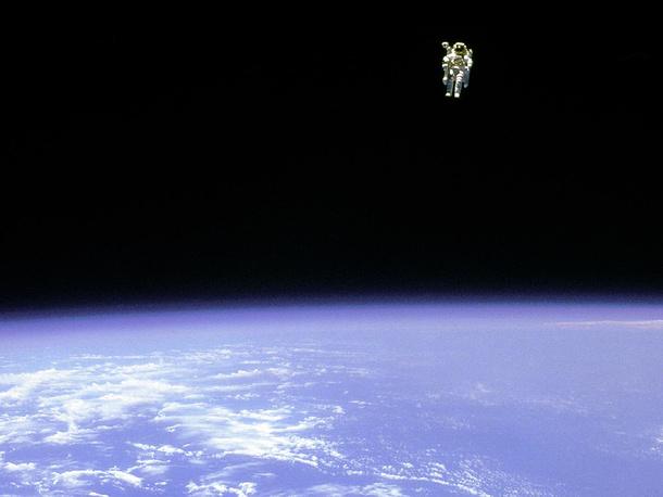 7 февраля 1984 года американский астронавт Брюс Маккэндлесс совершил первый выход в открытый космос без страховочного фала. Для маневрирования в космическом пространстве он использовал пилотируемый реактивный модуль MMU (Manned Maneuvering Unit)