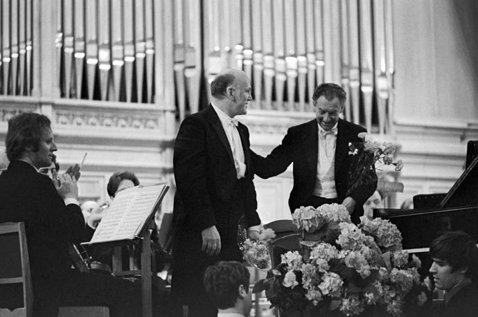 В Большом зале Государственной консерватории имени П.И.Чайковского во время концерта Лондонского симфонического оркестра. На фото: Святослав Рихтер и Бенджамин Бриттен (справа) отвечают на приветствия, 1971 год