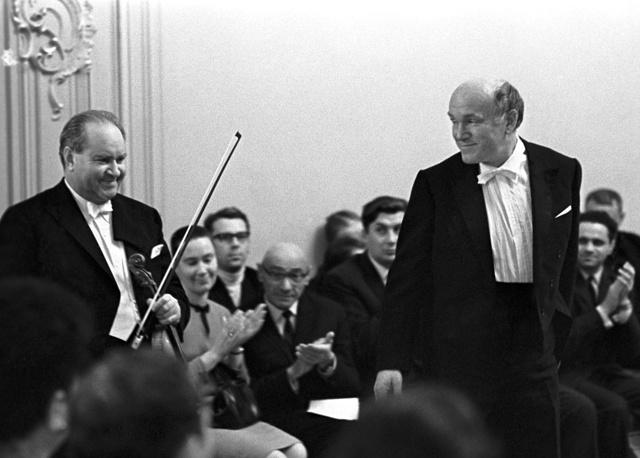 Скрипач Давид Ойстрах (слева) и Святослав Рихтер во время открытия 21-го сезона Малого зала Ленинградской филармонии имени М.И. Глинки, 1969 год