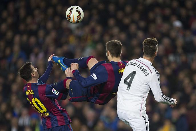 """Защитник """"Барселоны"""" Херард Пике пытался поразить ворота """"Реала"""", нанеся удар через себя"""