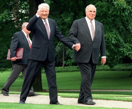 Канцлер ФРГ Гельмут Коль и президент России Борис Ельцин во время встречи в Бонне, Германия, 8 июня 1998 года