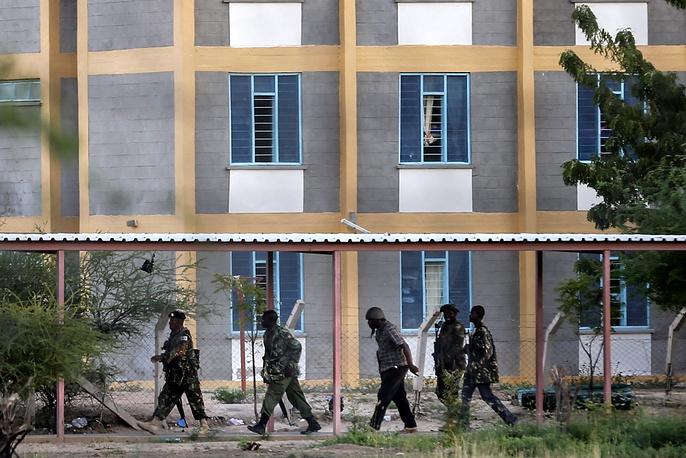 В результате атаки погибли, по меньшей мере, 147 человек, десятки получили ранения. На фото: спецоперация кенийских военнослужащих по освобождению заложников в Гариссе