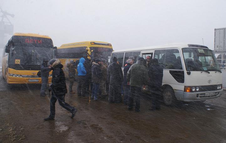 Спасенных доставили автобусами в медицинские учреждения Южно-Сахалинска