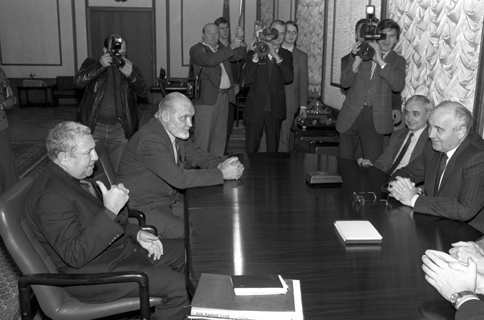 Эрнст Неизвестный, писатель Юрий Карякин, пресс-секретарь Президента СССР Андрей Грачев, Президент СССР Михаил Горбачев (слева направо) во время встречи в Кремле, 1991 год
