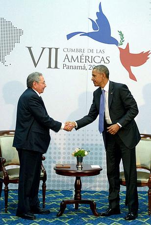 12 апреля завершился VII Саммит Америк в Панаме. Он прошел под знаком нормализации отношений между США и Кубой. Во время форума прошли первые за более чем полувековой срок переговоры лидеров двух стран. На фото: Рауль Кастро и Барак Обама