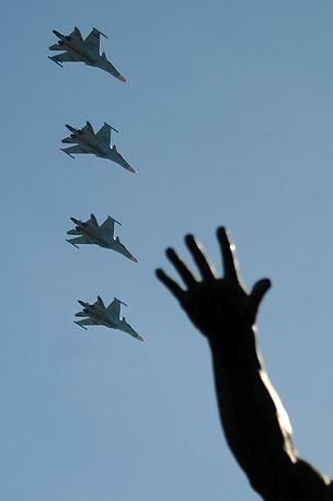Истребители-бомбардировщики Су-34 во время военного парада на Красной площади, 2013 год