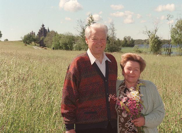 Президент РФ Борис Ельцин и его супруга Наина во время поездки на остров Кижи в Онежском озере, Карелия, 1977 год