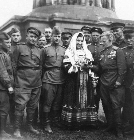 Летчик-штурмовик Алексей Рогожин вручает сувенир певице Лидии Руслановой у стен Рейхстага. Берлин, 1945 год