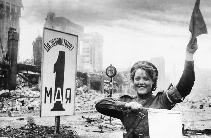 Военная регулировщица Мария Шальнова. Берлин, 1945 год