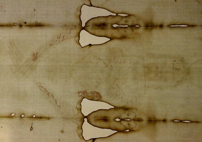 """Туринская плащаница представляет собой кусок льняной материи, сотканной """"в елочку"""", длиной 4,42 и шириной 1,13 метра"""
