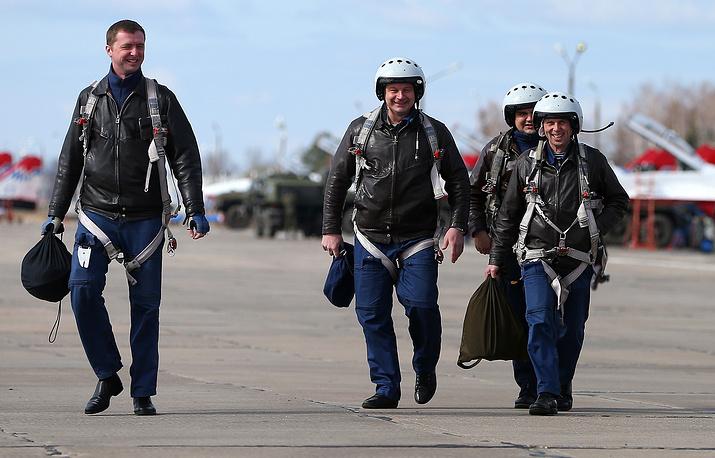 Пилоты штурмовиков Су-25 после посадки