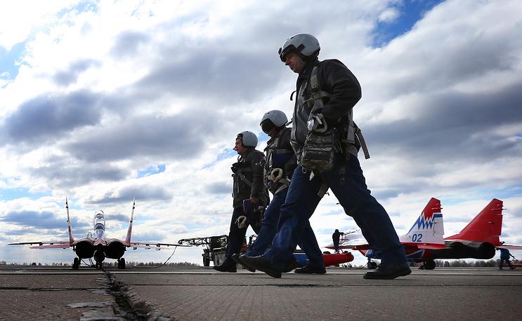 Экипажи шести штурмовиков Су-25 пролетят над Красной площадью с дымами цветов российского флага