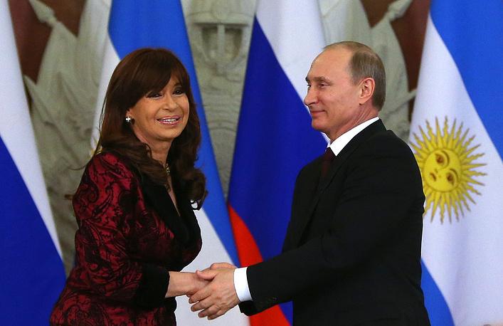 Президент Аргентины Кристина Фернандес де Киршнер и президент РФ Владимир Путин на церемонии подписания совместных документов по итогам переговоров в Кремле