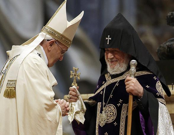 Папа Римский Франциск назвал геноцид армян первым в ХХ веке преступлением против человечества. Такое заявление понтифик сделал на торжественной мессе в соборе Святого Петра. На фото: папа (слева) приветствует Верховного патриарха - католикоса всех армян Гарегина II в Ватикане, 12 апреля