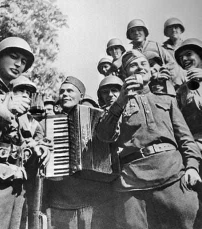"""Встреча на Эльбе. Снимок из американского солдатского еженедельника """"Янк"""", номер от 6 мая 1945 года"""