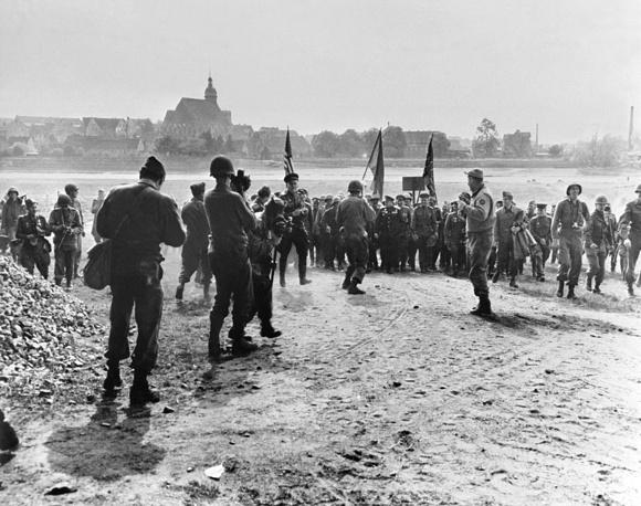 5 мая состоялась встреча командующего фронтом маршала Конева с командующим 12-й армейской группой американской армии генералом Бредли