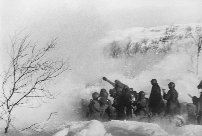 Батарея 5-го отдельного Краснознаменного зенитного артиллерийского дивизиона ПВО ведет стрельбу по противнику прямой наводкой, 1943 год